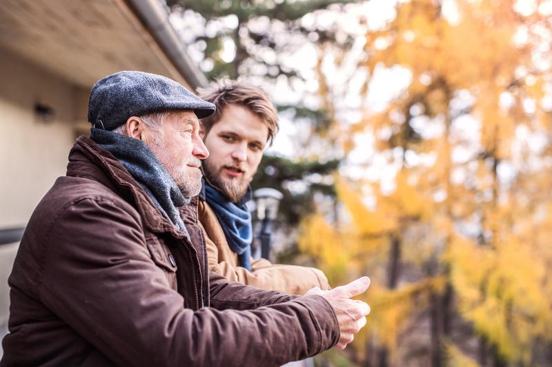 illustrasjon eldre mann og ung sønn